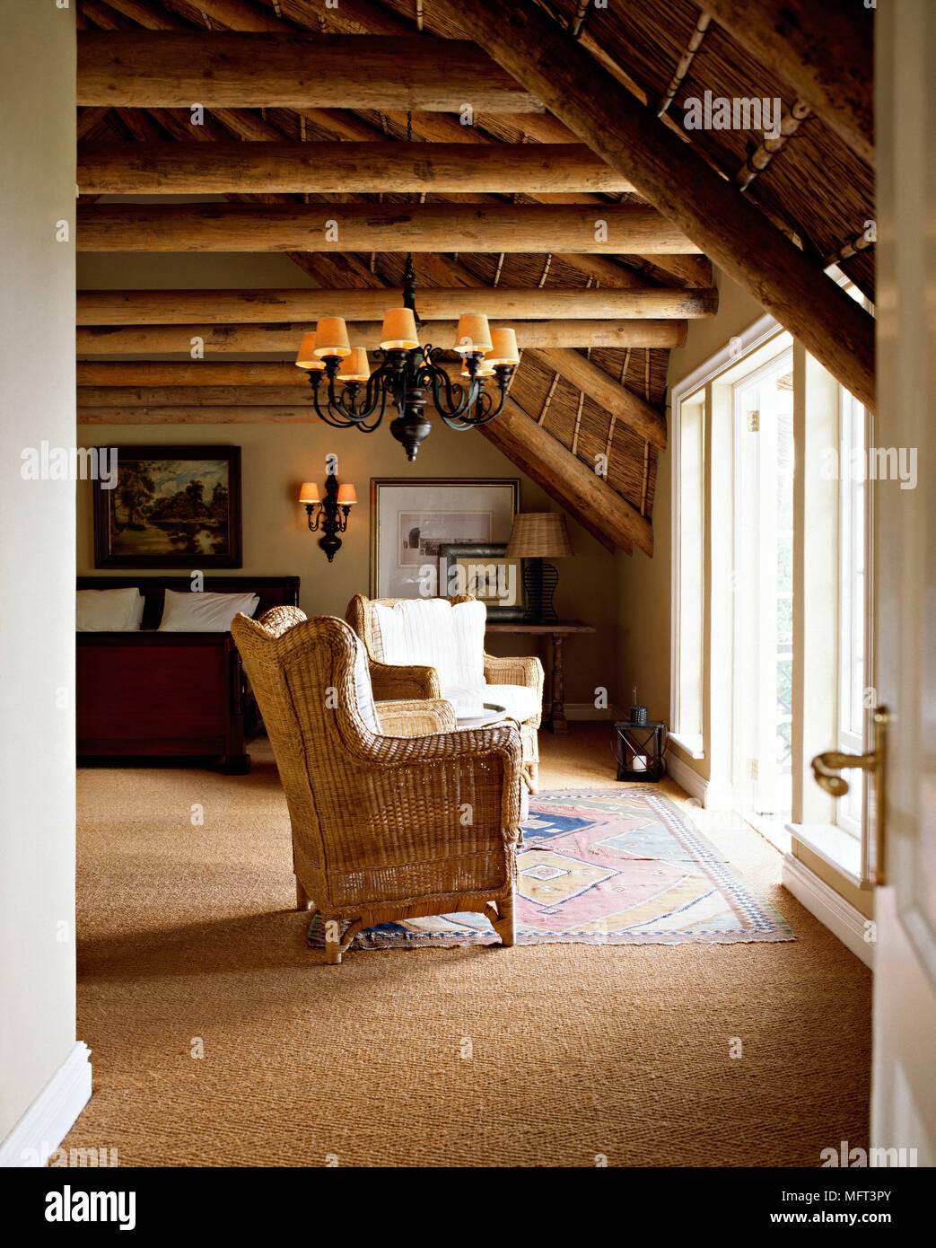 Dormitorio vigas de madera del techo inclinado de techo de paja ...