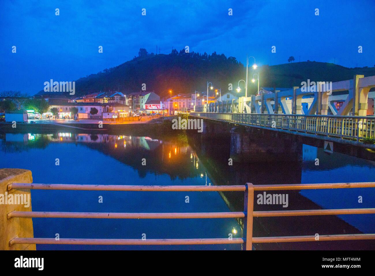 Río Deva y vistas del pueblo de Bustio durante la noche. Unquera, Cantabria, España. Foto de stock