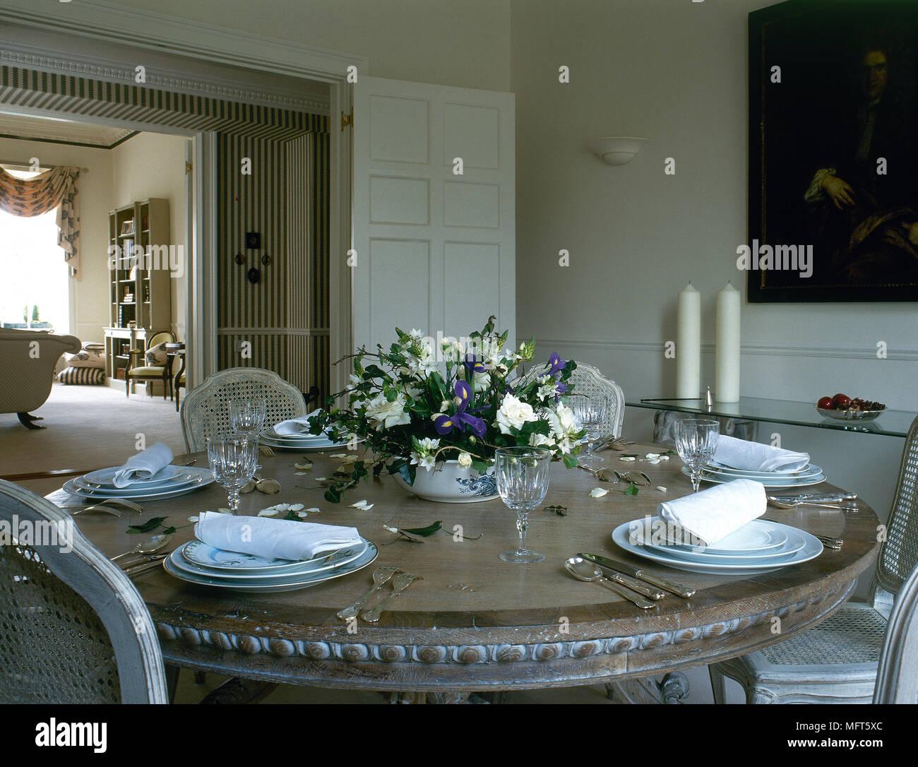 Un comedor con mesa redonda, para cenar Foto & Imagen De ...