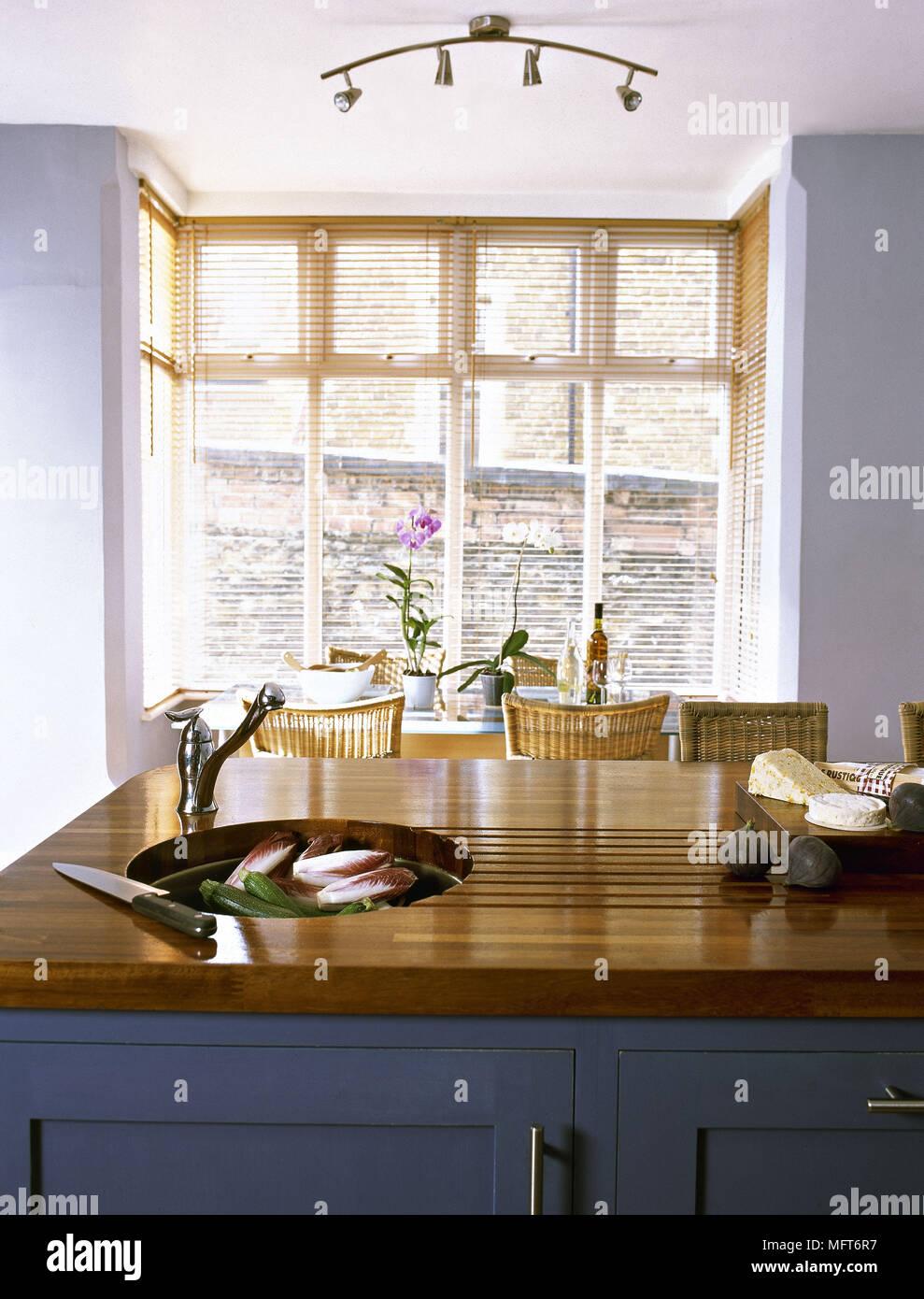 Cocina moderna mesa de comedor, sillas de mimbre isla central unidad ...