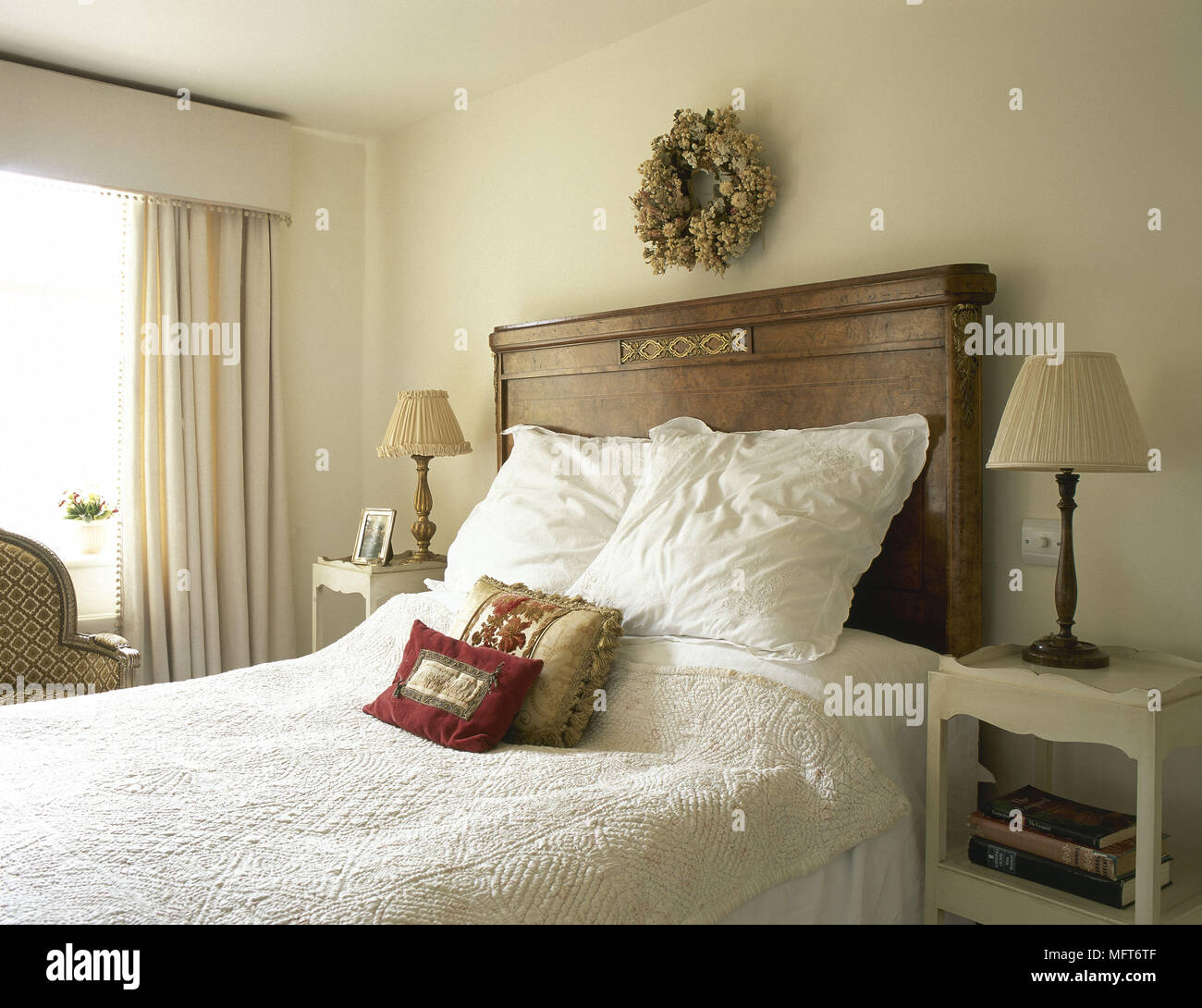 Dormitorio en colores neutrales con muebles antiguos de cabecera de ...