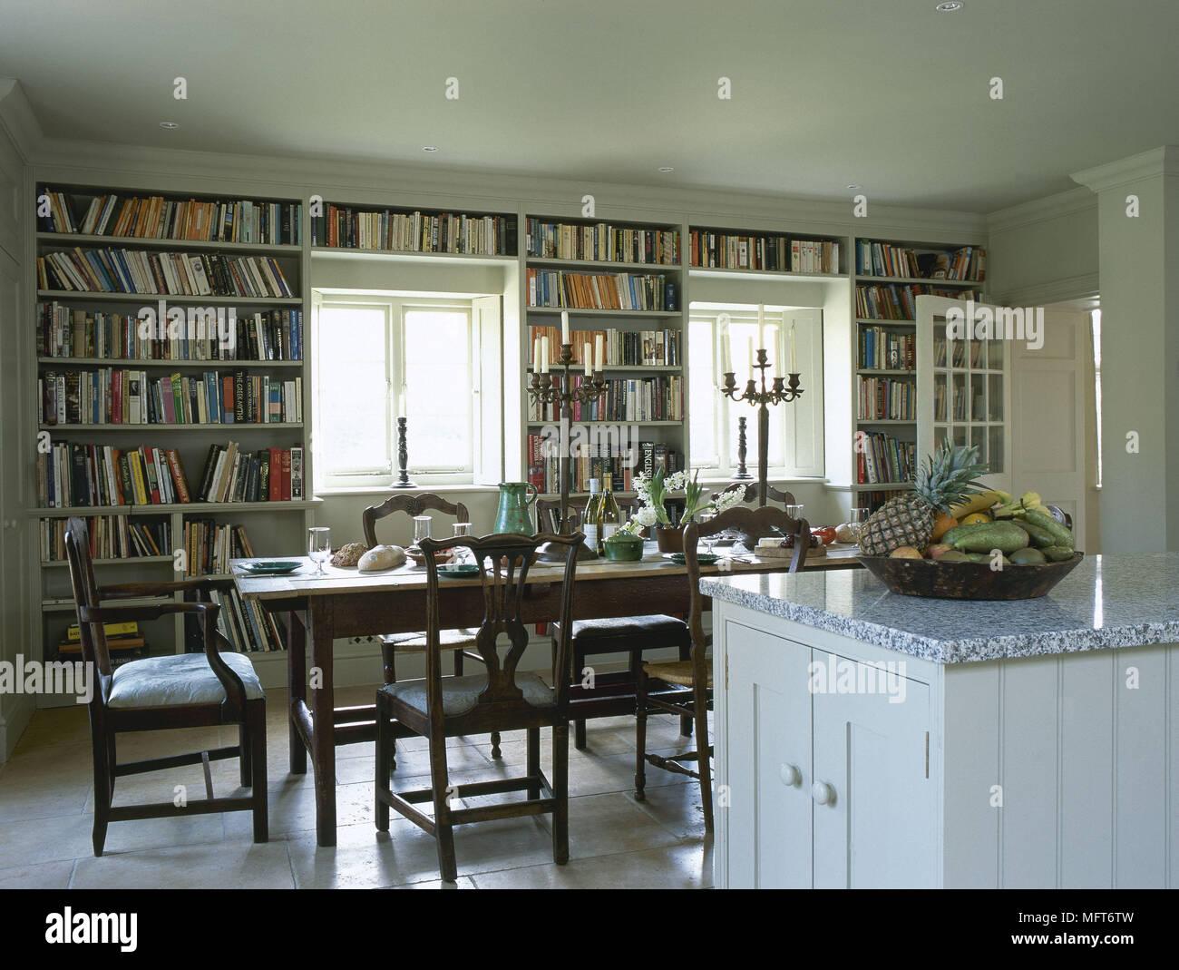 País tradicional cocina comedor isla central unidad encimera de granito  mesa de madera libro alineadas estanterías 4535dc159678