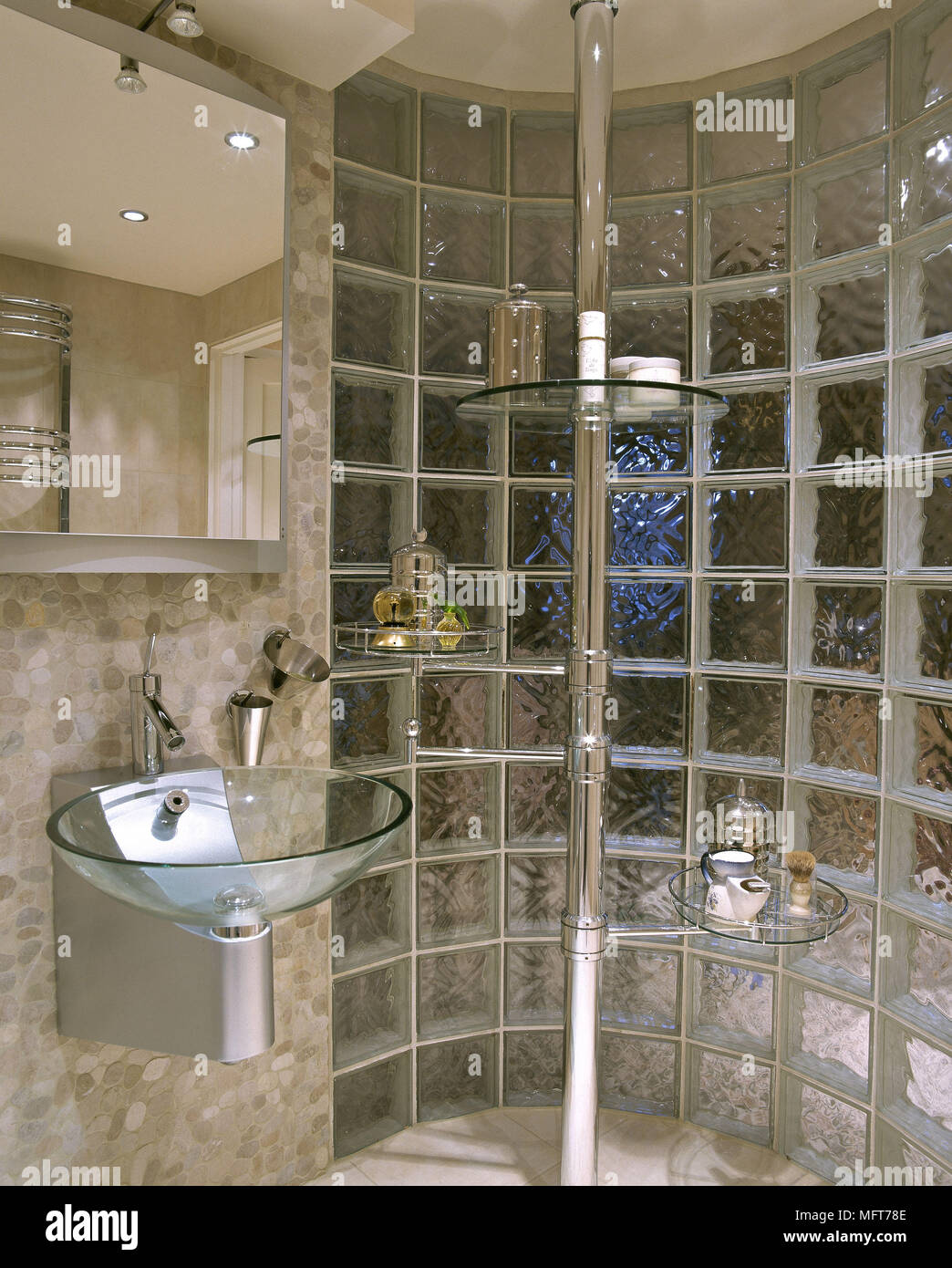 Un detalle de un moderno cuarto de ba o con azulejos r sticos neutral pared de bloques de vidrio - Bloques de vidrio para bano ...