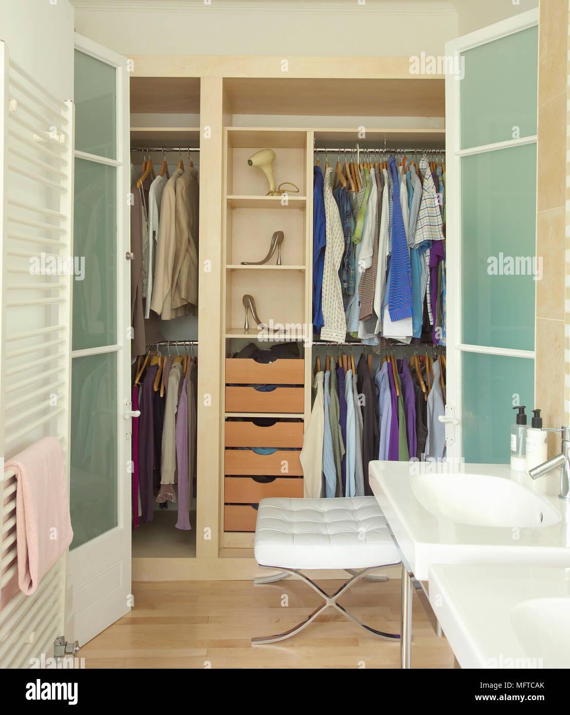 Construido en el vestidor adjunta al cuarto de baño Foto & Imagen De ...