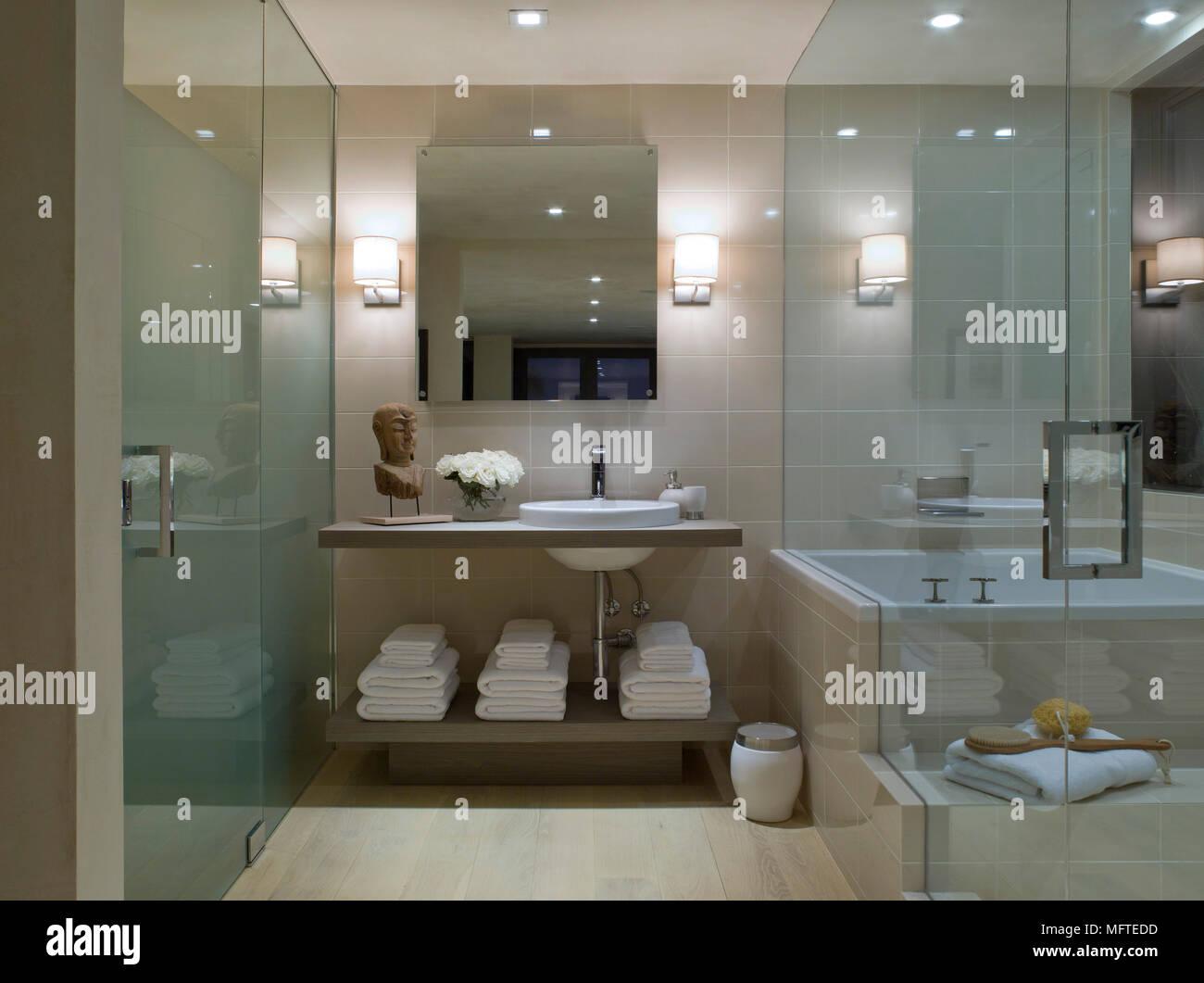 Lavabo nido de la bañera en el cuarto de baño moderno Foto ...