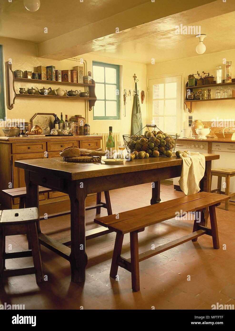 Comedor tradicional paredes amarillas de madera estantes llenos de unidades  interiores cocinas taburetes banqueta mesa colgante de techo país botellas  de ... 39b5ceae5c63