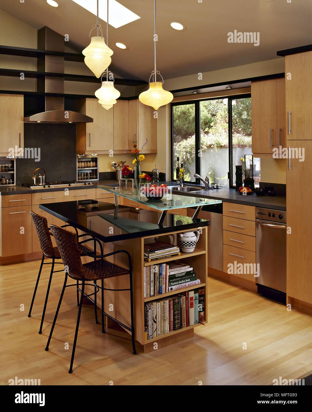 Cocina moderna de madera encimeras de granito negro for Ver cocina comedor