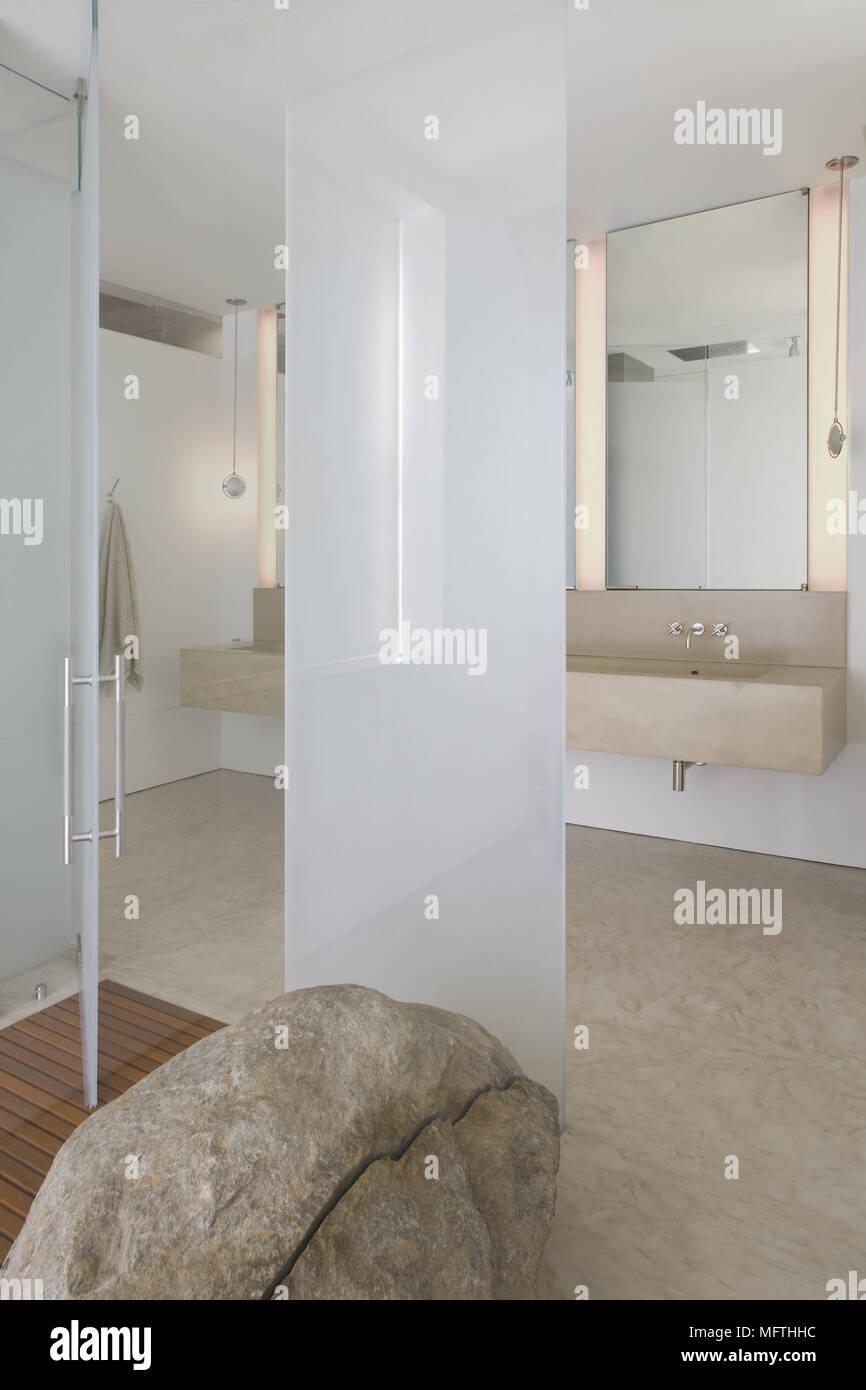 Lavabo en estantería en el cuarto de baño moderno Foto ...