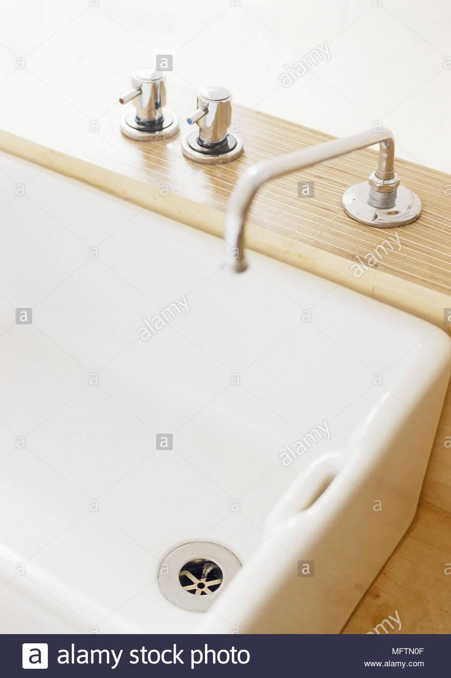 Borde de un cuarto de baño con accesorios de cromo y grifos Foto ...
