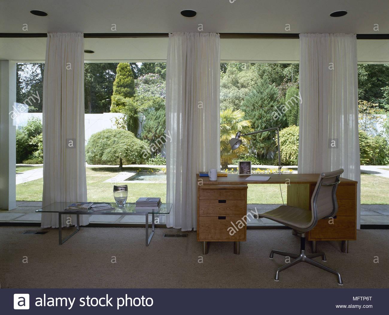 Casa moderna oficina con un escritorio de madera y luz for Silla escritorio moderna