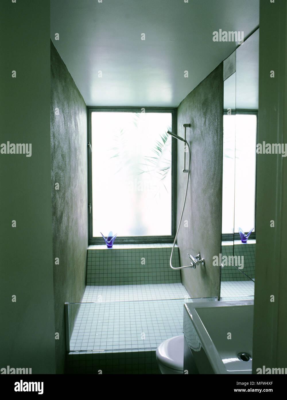 Minimalista moderno cuarto de baño con ducha con azulejos zona ...