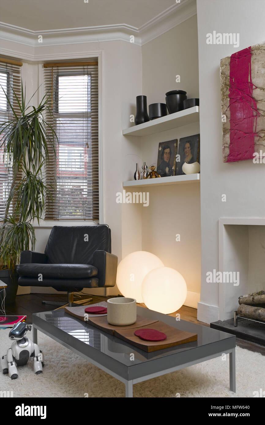 Detalles de un tradicional salón con muebles modernos incluyendo ...