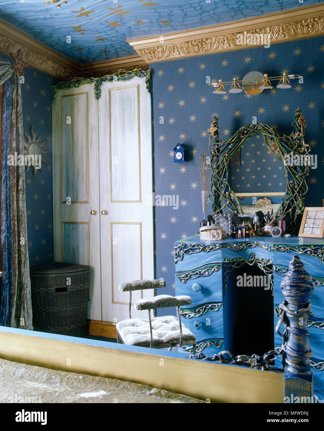 8c78f83a0cf Habitación Azul ornamentado con motivo de estrellas y papel tapiz pintado  de tocador