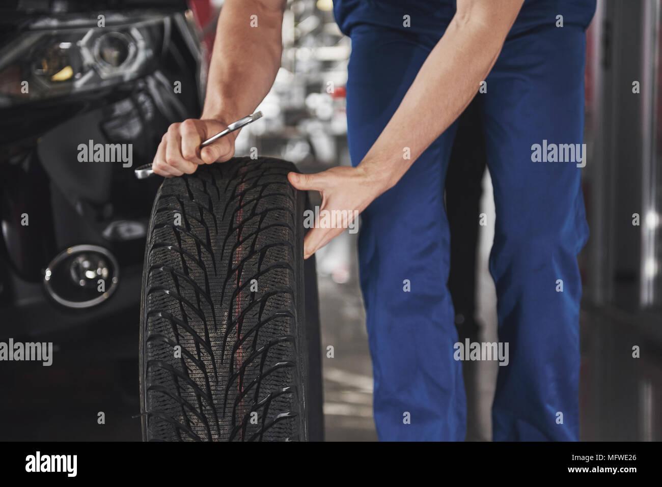 Cierre mecánico de mostrando ok gesto con su pulgar sujetando una llave Imagen De Stock