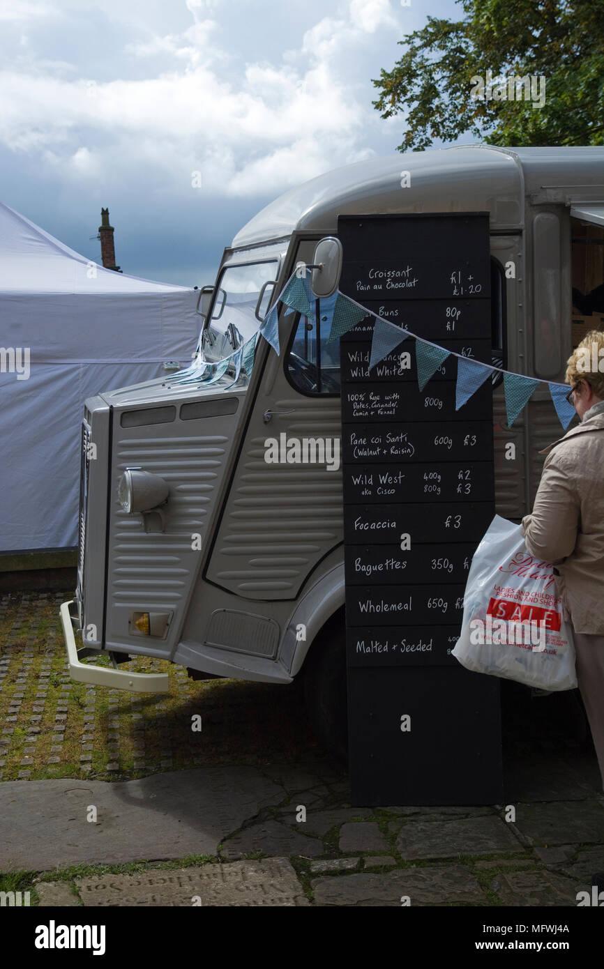 Citroën H van usada por un artesano local panadería como una tienda móvil y vehículo de publicidad Foto de stock