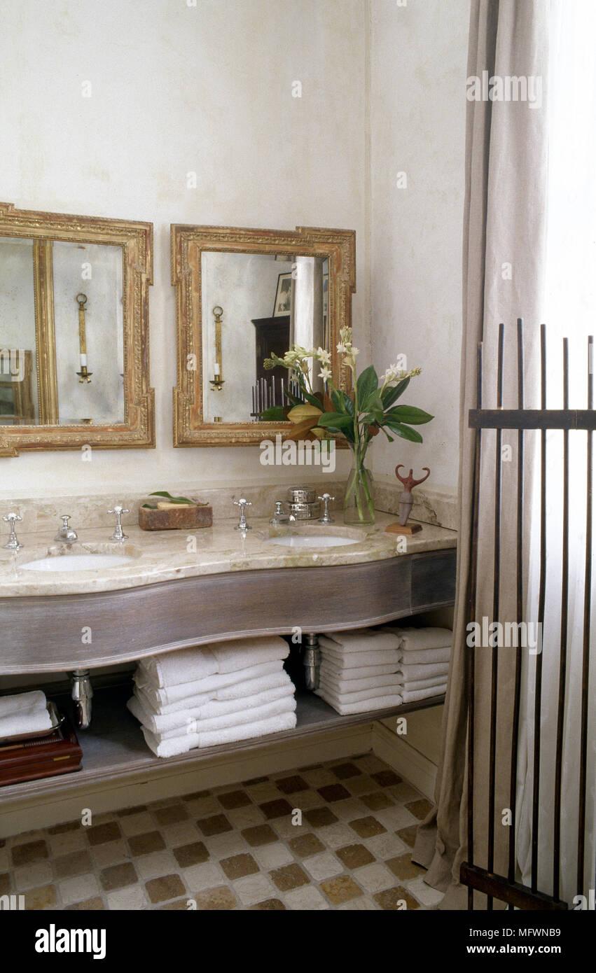 Cuarto de baño tradicional detalle con lavabos dobles en un tocador ...