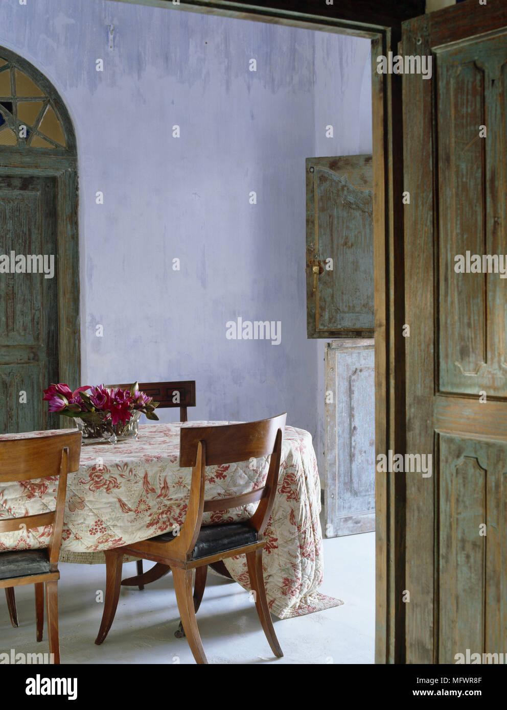 Comedor con puertas de madera rústica y mesa y sillas con patrón ...