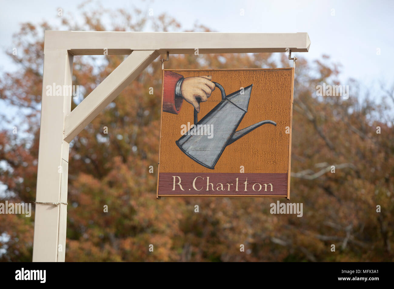 Un signo en Colonial Williamsburg, Virginia la publicidad R. Charlton's coffeehouse Foto de stock