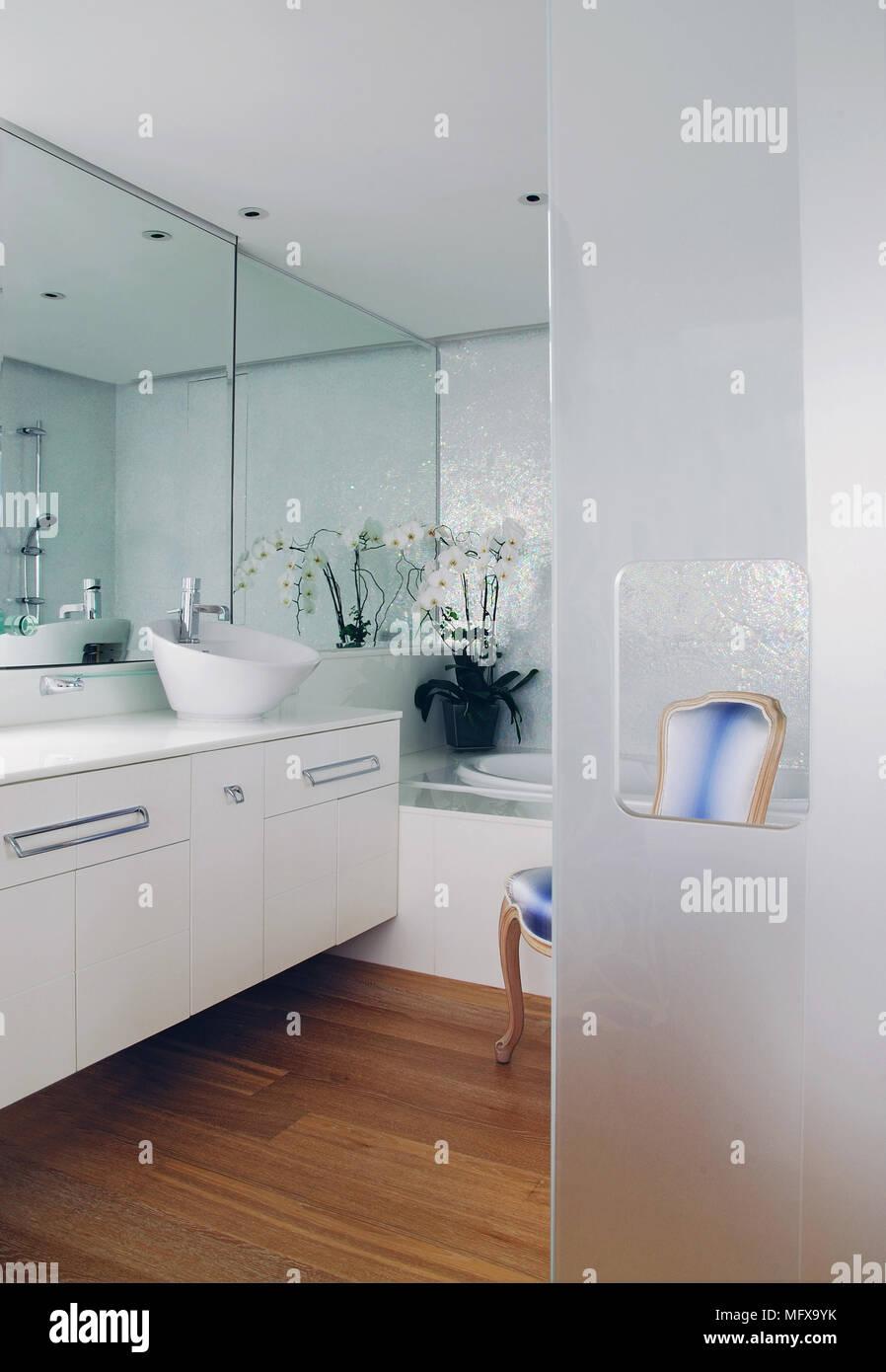 Ver en moderno cuarto de baño con lavabo en unidad de ...