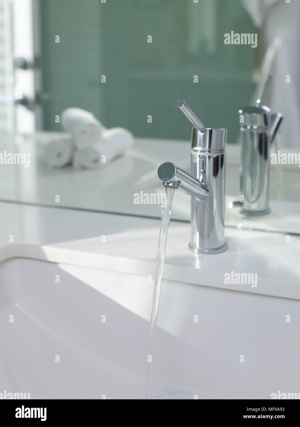 Colocacion Lavabo.Agua Corriente Del Grifo De Cromo Sobre Colocacion De Lavabo