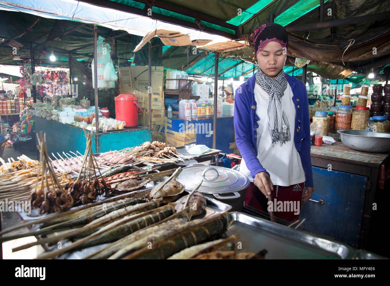 Los comerciantes musulmanes Cham con una captura de cangrejos en el mercado de cangrejo en Kep, Camboya Foto de stock