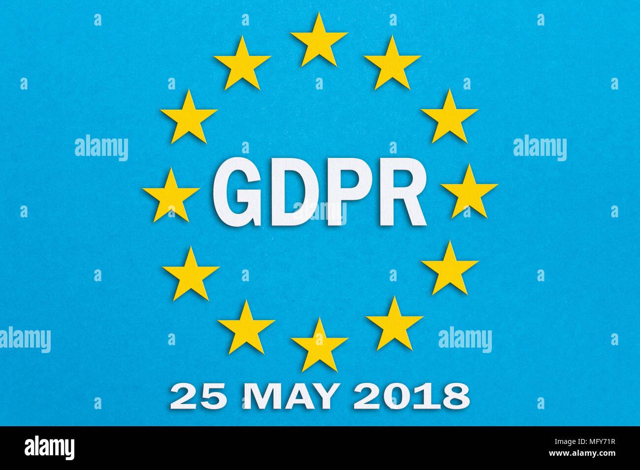 GDPR y la bandera de la Unión Europea sobre fondo azul. La ilustración en técnica de papercut.Concepto de regulación general de protección de datos . Imagen De Stock