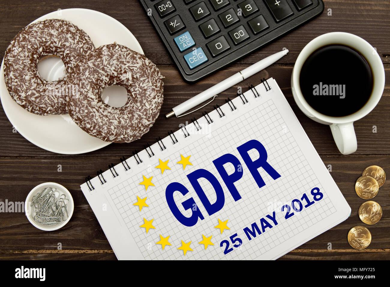 GDPR. Bloc de notas con notas Reglamento General de Protección de Datos de la tabla de un empresario . Imagen De Stock
