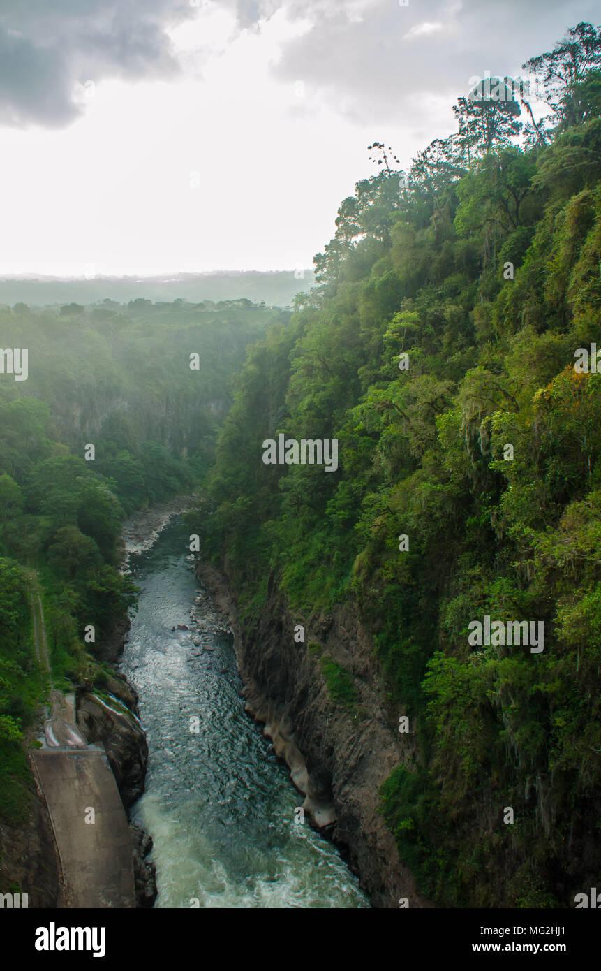Scenic shot de la selva vista desde la represa de Cachi, en el Valle de Orosi, Costa Rica Foto de stock