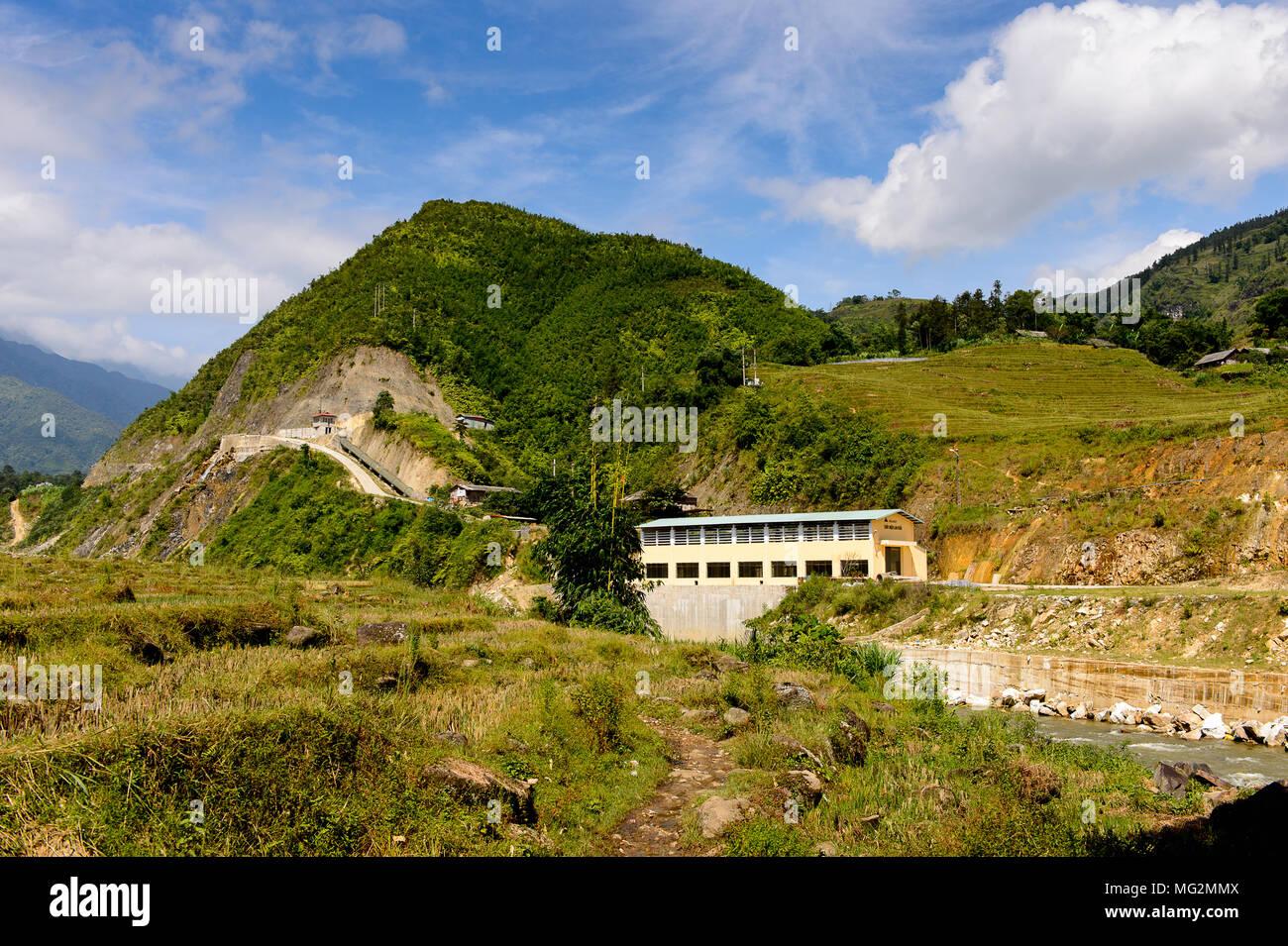 Río, cerca de la estación hidro eléctrica en Vietnam Imagen De Stock