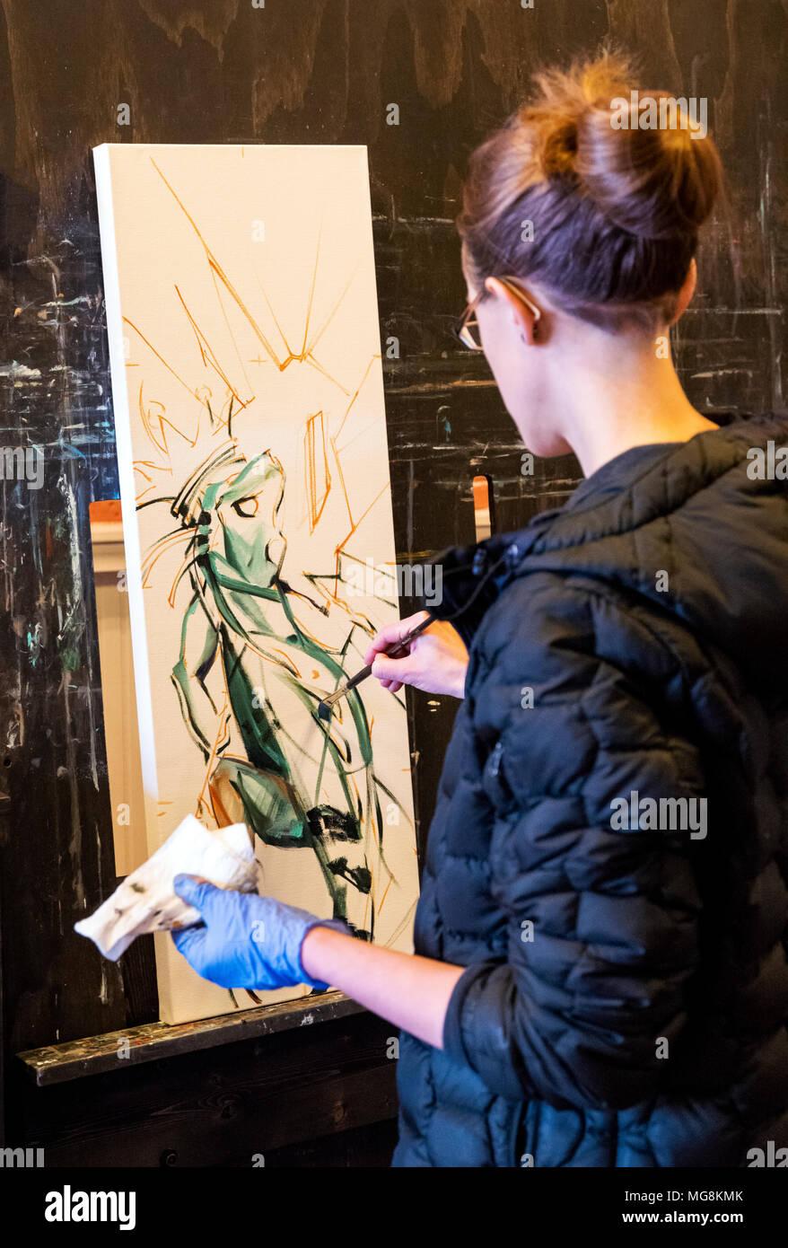 Artista Katie Maher creando un óleo en su galería; Salida, Colorado, EE.UU. Imagen De Stock