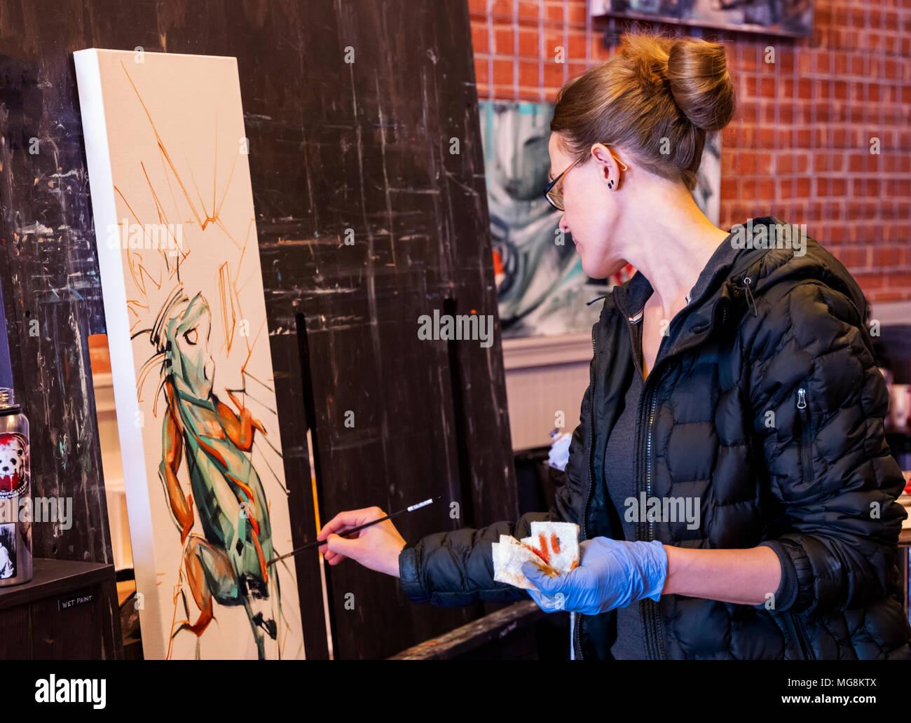 Artista Katie Maher creando un óleo en su galería; Salida, Colorado, EE.UU. Foto de stock