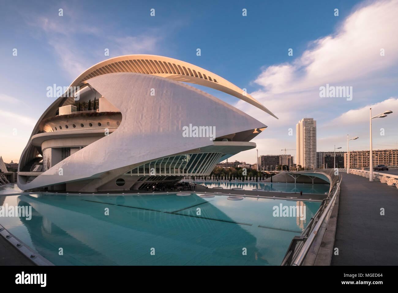 La arquitectura moderna del Palau de les Arts Reina Sofía, parte de la Ciudad de las Artes y las Ciencias, en el sur de Valencia, España. Foto de stock