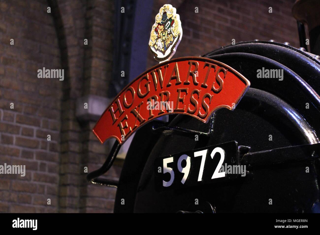 Etalle del Hogwarts Express locomotora con la escritura roja y el número de la partida del tren desde el andén nueve y tres cuartos Foto de stock