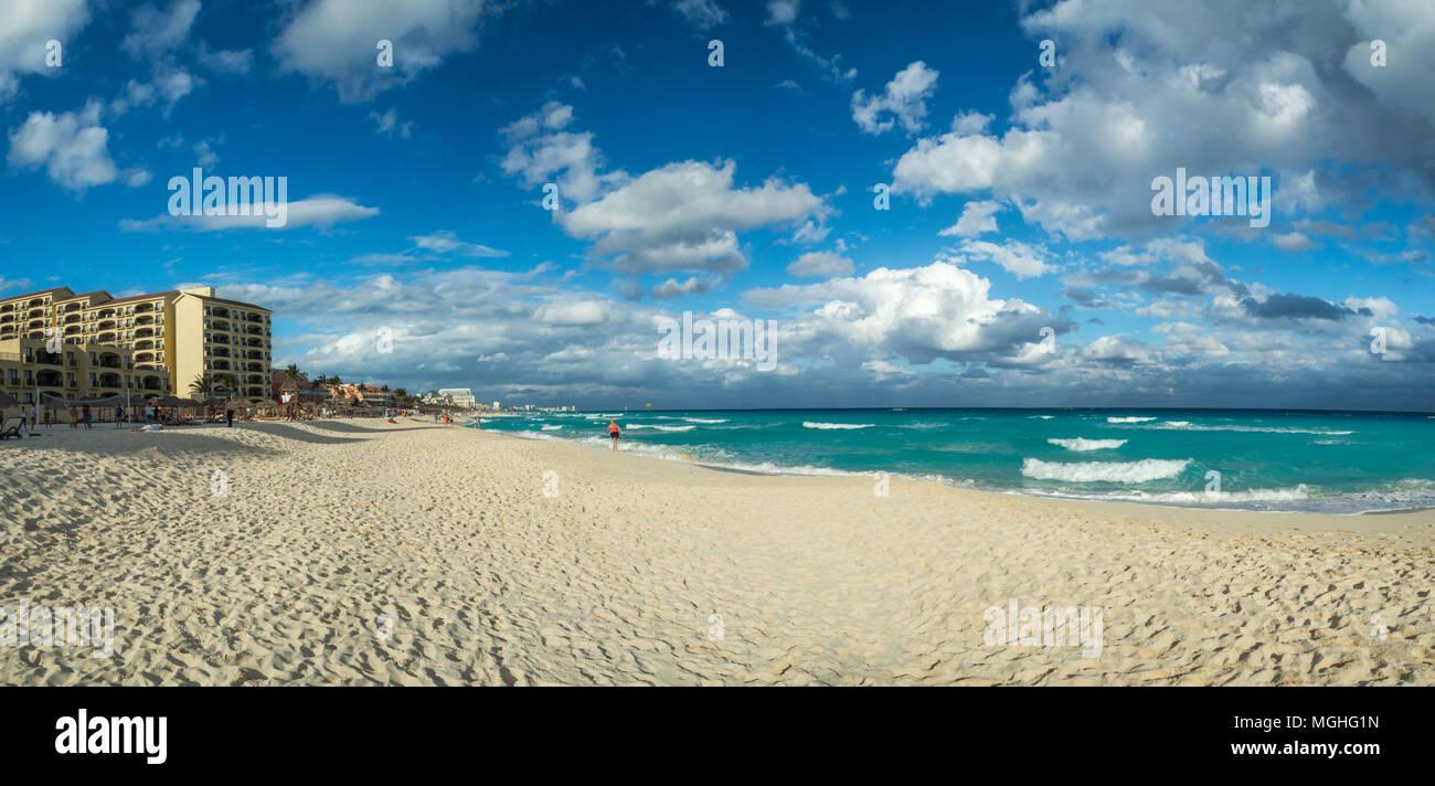 Cancún, México, América del Sur: [relajación tropical en la zona hotelera de Cancún, el destino turístico, Playa Chac Mool playa] Imagen De Stock