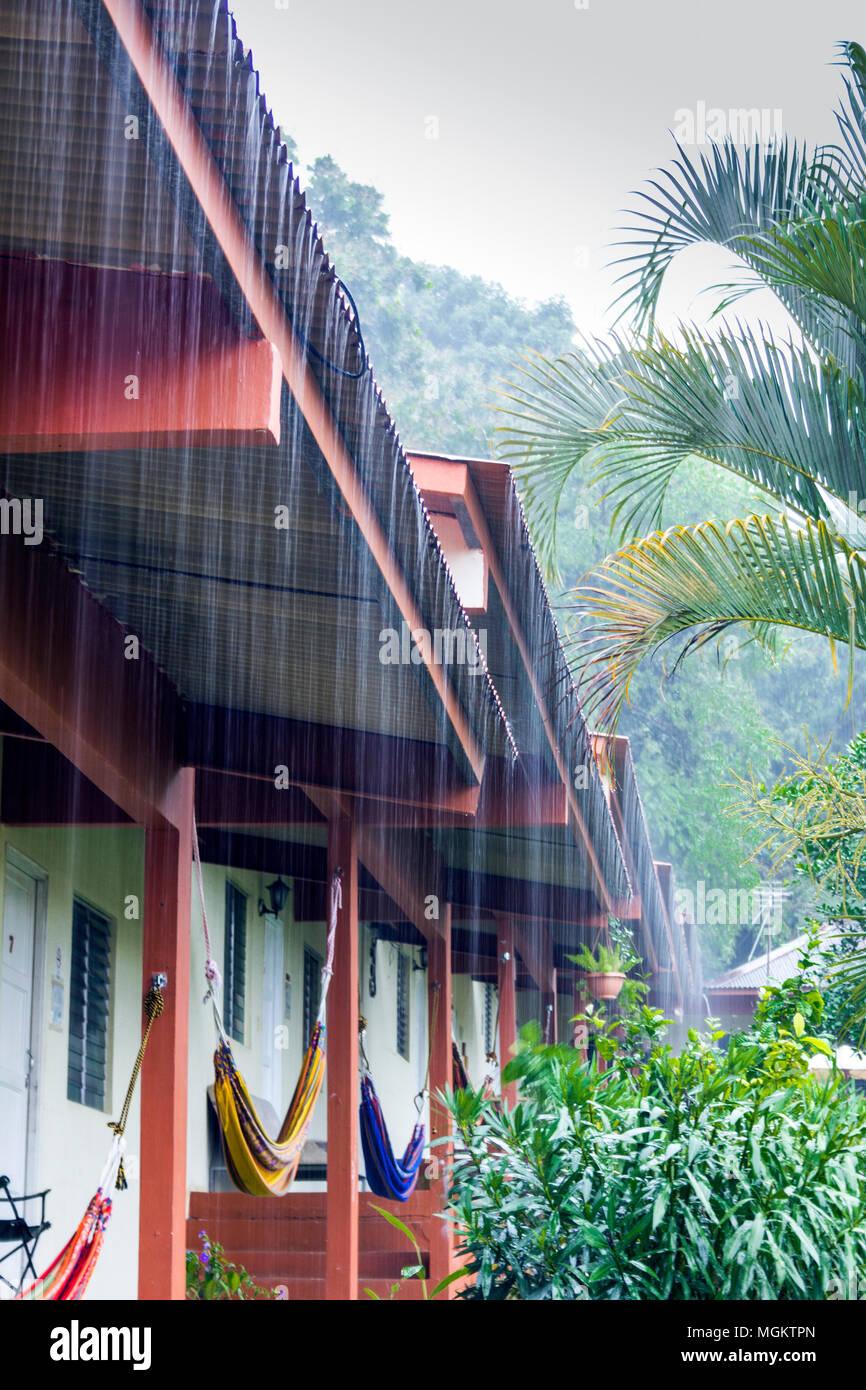 Hotel Santa Fe, Santa Fe, Panamá - un aguacero torrencial durante la temporada húmeda Imagen De Stock