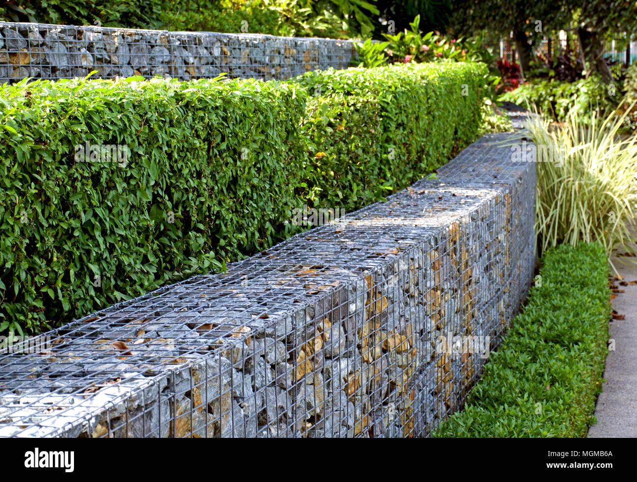 Multi tiered patio jard n con setos y muros de piedra de - Muros de jardin ...