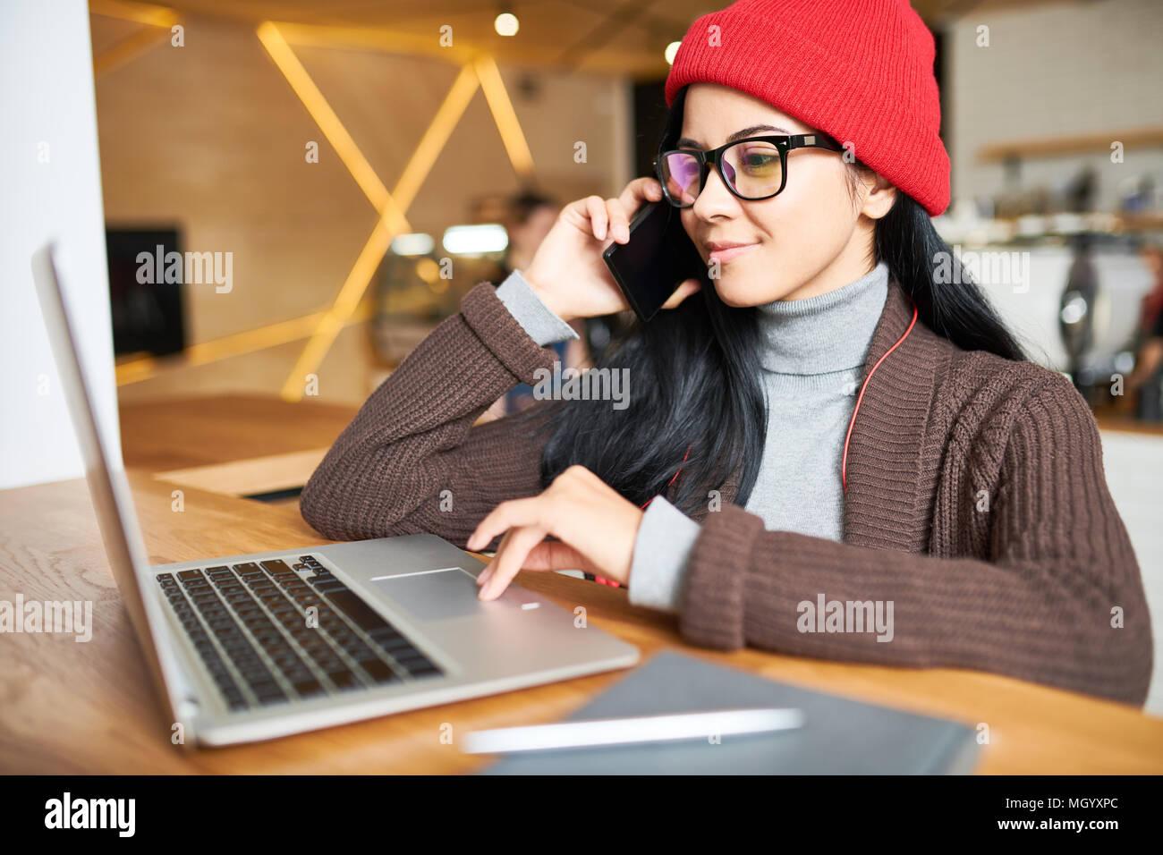 Mujer trabajando en la cafetería de moda Foto de stock