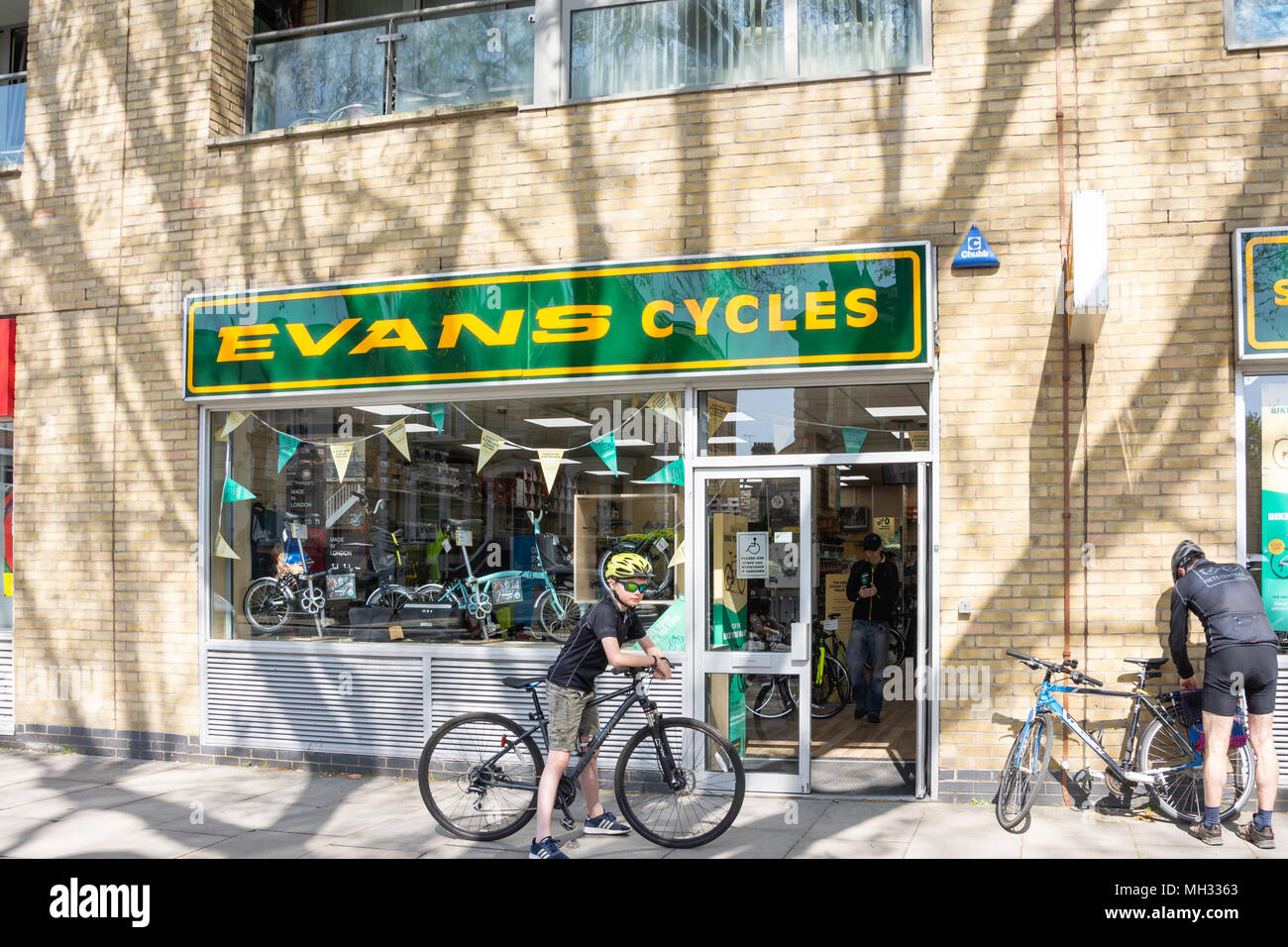 Tienda ciclos Evans, Chiswick High Street, Chiswick, Hounslow, London Borough of Greater London, England, Reino Unido Foto de stock