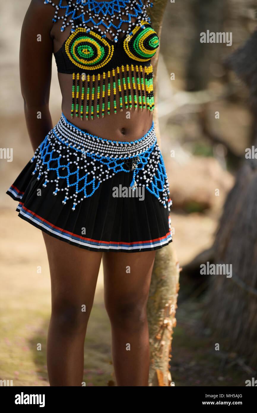 De Eshowe, KwaZulu-Natal, Sudáfrica, coloridos abalorios tradicional Zulú vestido de doncella, Shakaland tema village, mujer de cerca, detalle Imagen De Stock