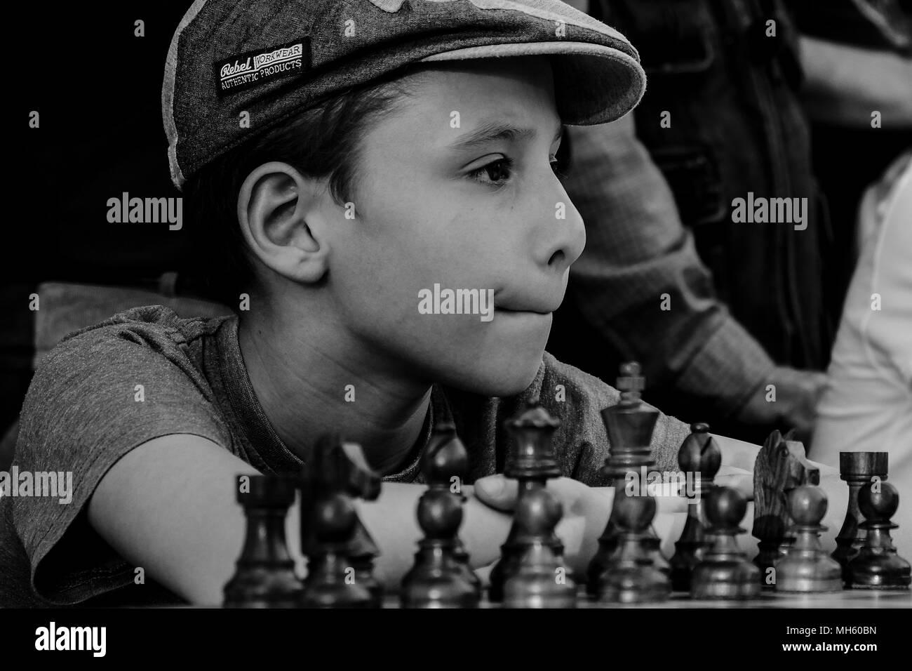 """Jerusalén, Israel. El 30 de abril, 2018. Los jóvenes jugadores de ajedrez esperan la apertura de un juego de ajedrez contra Anatoly Yevgenyevich Karpov, de 66 años, el gran maestro de ajedrez ruso o Viswanathan """"Vishy"""" Anand, de 49 años, gran maestro internacional de ajedrez indio, acerca de jugar al ajedrez contra decenas de jóvenes israelíes champions simultáneamente a la Puerta de Jaffa, en el marco de Israel el 70º festejos del Día de Independencia. Crédito: Alon Nir/Alamy Live News Foto de stock"""