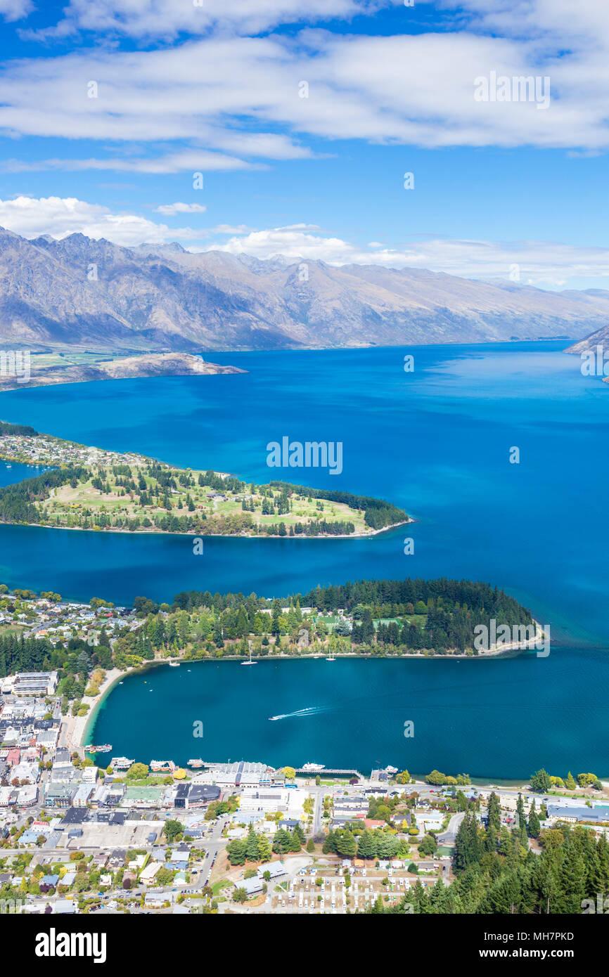 Queenstown, Isla del Sur, Nueva Zelanda vista aérea del centro de Queenstown, el centro de la ciudad Lago Wakatipu y los Remarkables paisaje Queenstown Nueva Zelanda Foto de stock