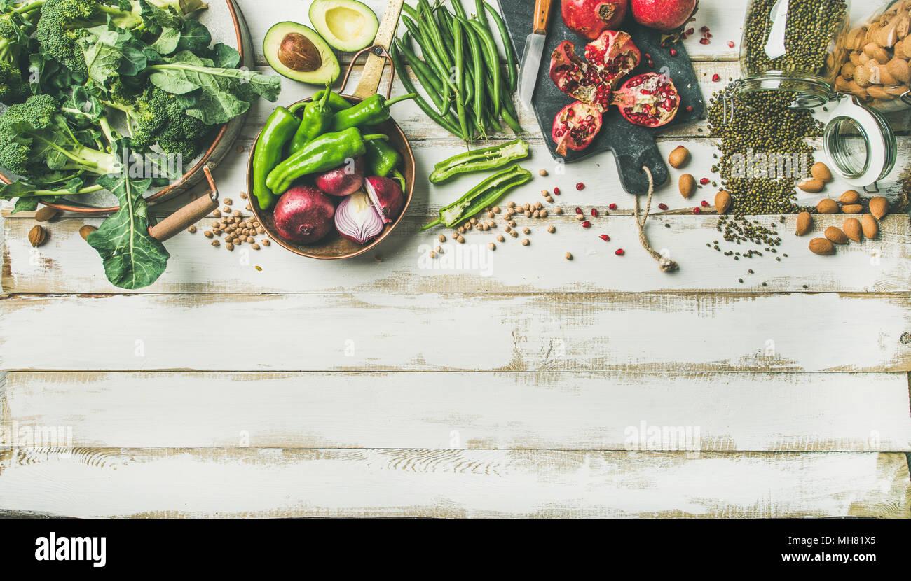 Ingredientes para cocinar comida vegetariana de invierno sobre fondo blanco de madera Foto de stock