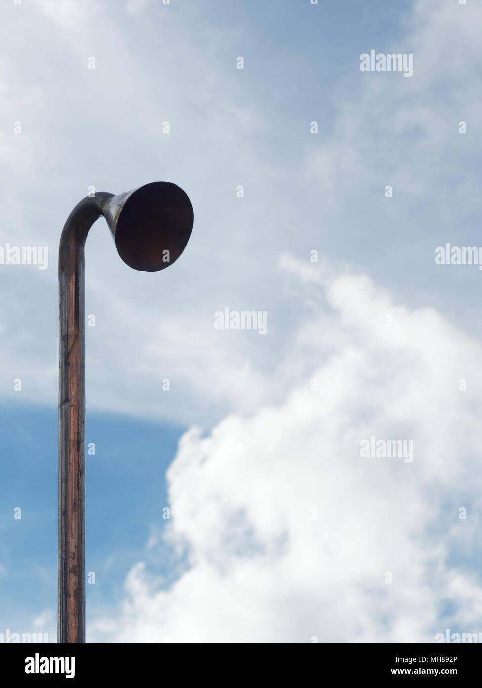 La inducción o tubo de aspiración con cabeza para probar la contaminación atmosférica y acústica sobre fondo de cielo azul brillante nube de succión en el tubo con conceptos de negocios, medio ambiente, industria, aspiración y contaminación Imagen De Stock