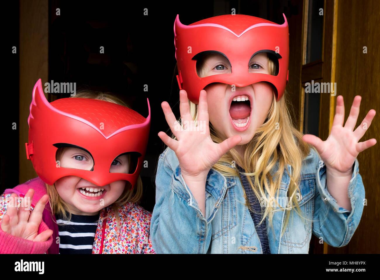 Niños jugando con máscaras. Foto de stock