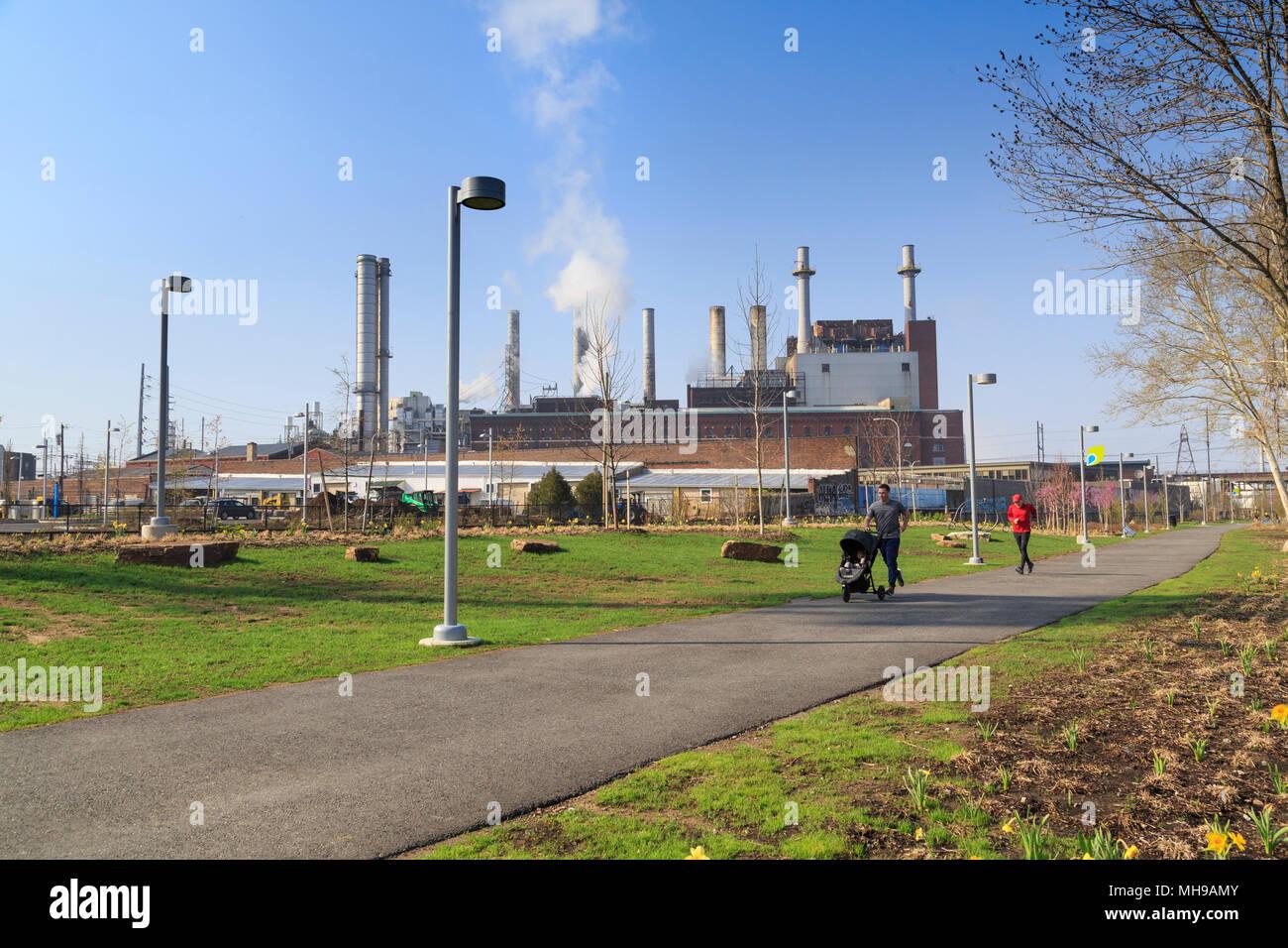 Bancos Schuylkill sendero de recreación en la revitalizada zona industrial con la planta de energía térmica de Veolia, Filadelfia, Pennsylvania, EE.UU. Imagen De Stock