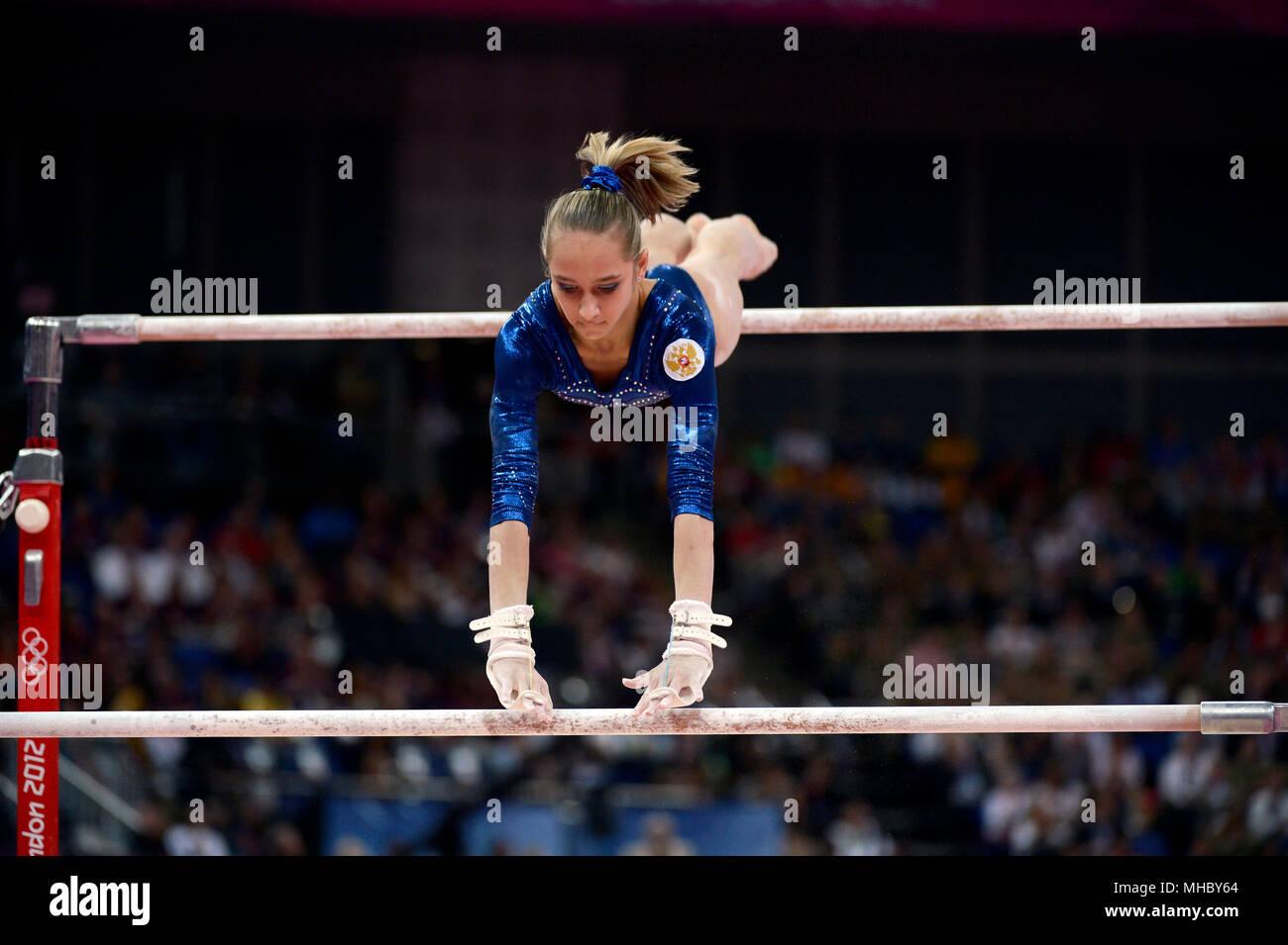 Victoria Komova de Rusia realiza sobre las barras paralelas desiguales durante la mujer gimnasia todo alrededor de la competencia, en el cual ella ganó la medalla de plata. Imagen De Stock