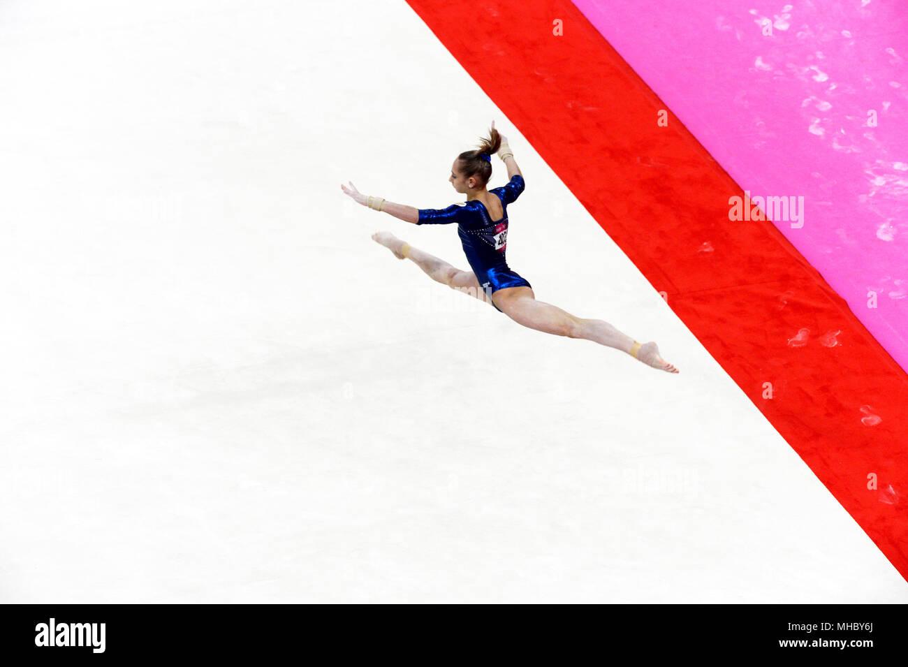 Victoria Komova de Rusia realiza su ejercicio de suelo durante la mujer gimnasia todo alrededor de la competencia, en el cual ella ganó la medalla de plata. Imagen De Stock