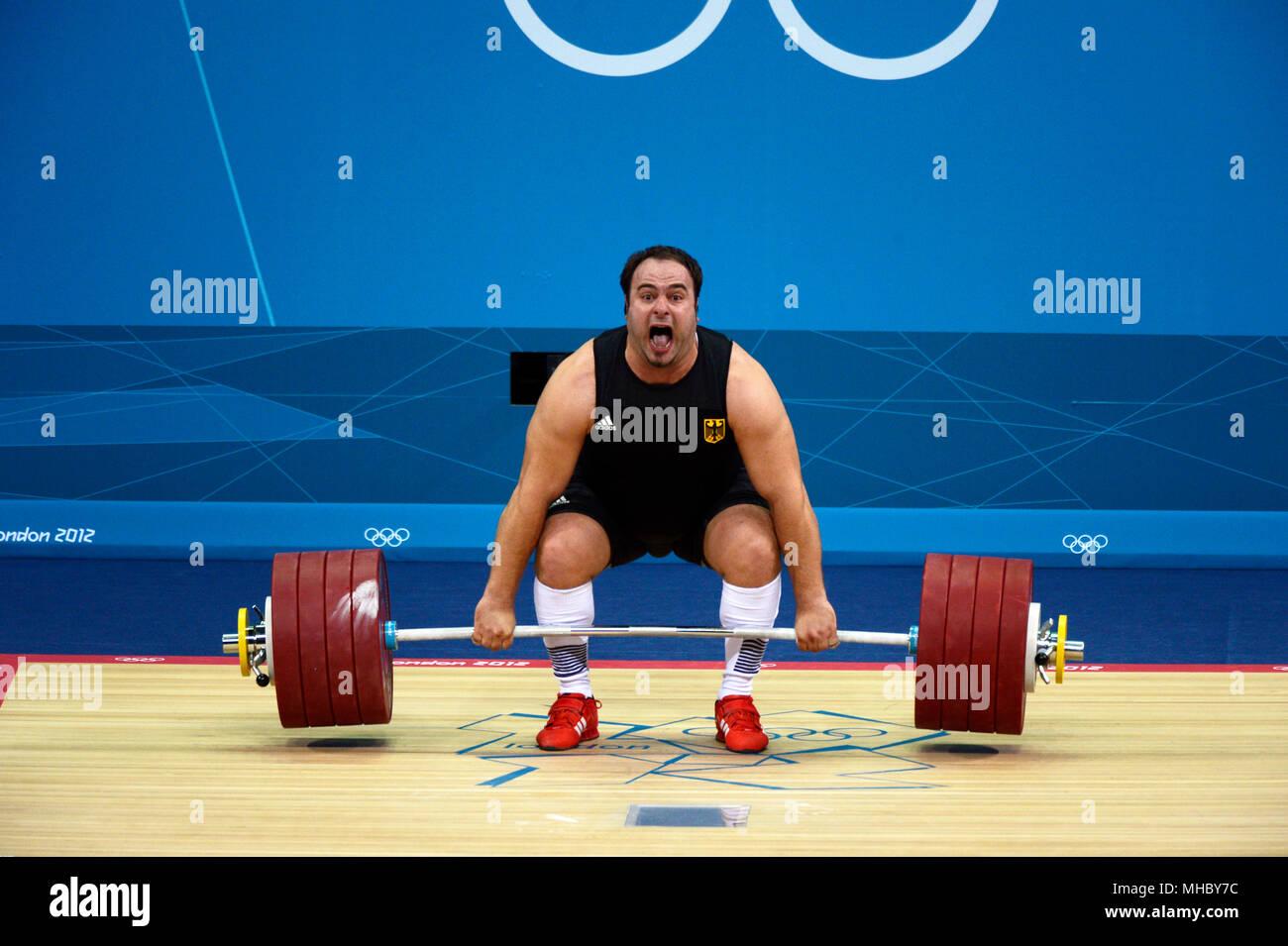 Londres 2012 - Juegos Olímpicos: Almir Velagic de Alemania de intentar una elevación en el hombre de +105kg halterofilia la competencia. Imagen De Stock