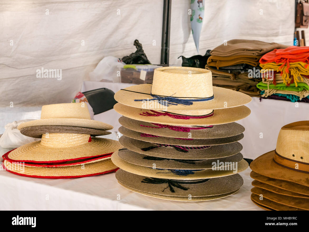Visualización de los sombreros de paja tradicional chileno en el mercado de  artesanías 370418fc84b