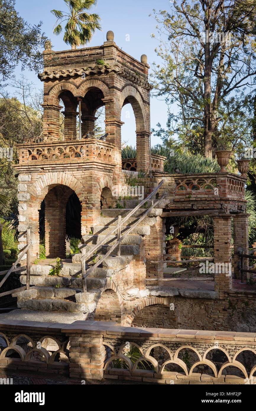 El edificio de la colmena en el parque de la ciudad (Villa Comunale) de Taormina, Sicilia. Imagen De Stock
